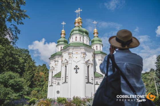 TRAVELLER_PHOTO_CHURCH_KYIV_UKRAINE_WOMAN (2)
