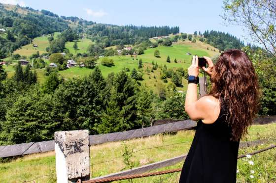 CARPATHIANS_UKRAINE_TRAVELLER_VIEW_PHOTO_PHOTOGRAPHING_WOMAN